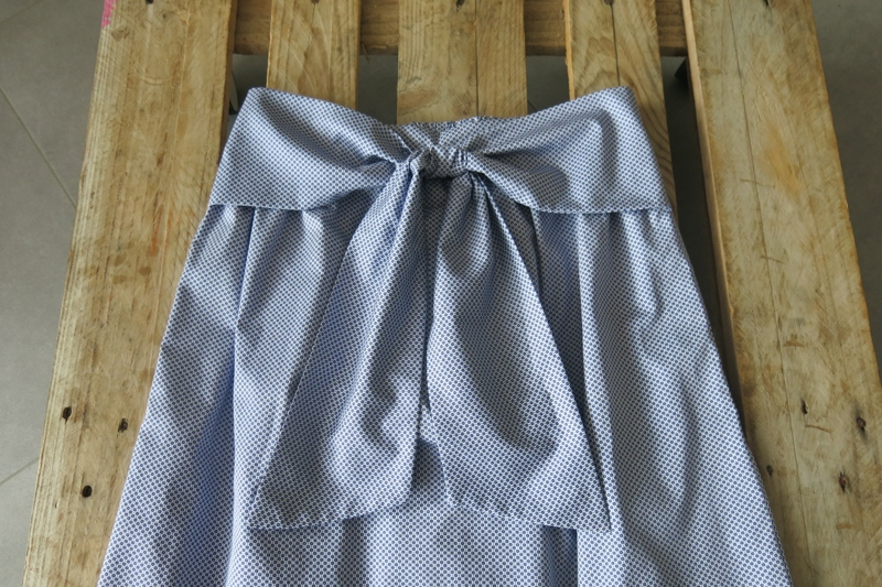robe-iknaai-detail-gros-noeud-bleu