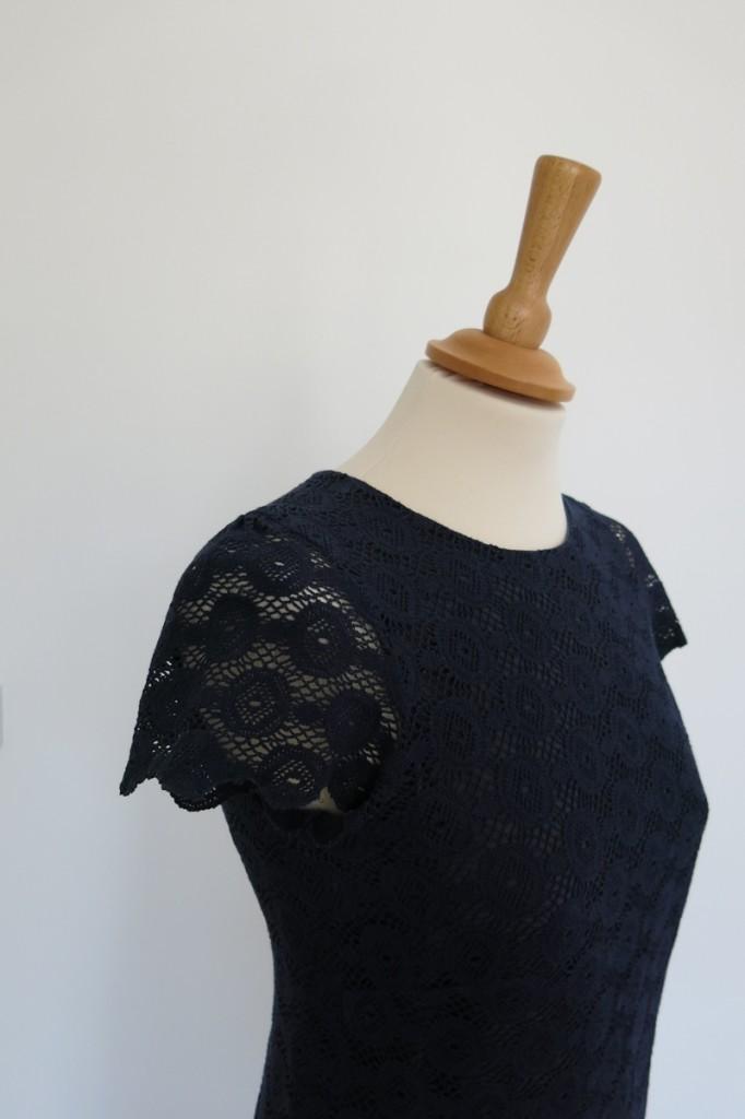 detail-robe-dentelle-bleue-iknaai