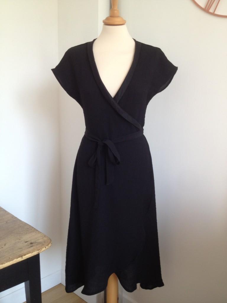robe-portefeuille-smocking-noire-iknaai