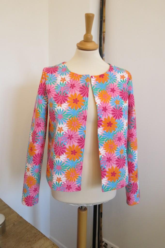 veste-droite-rose-fleurs-iknaai-ouverte